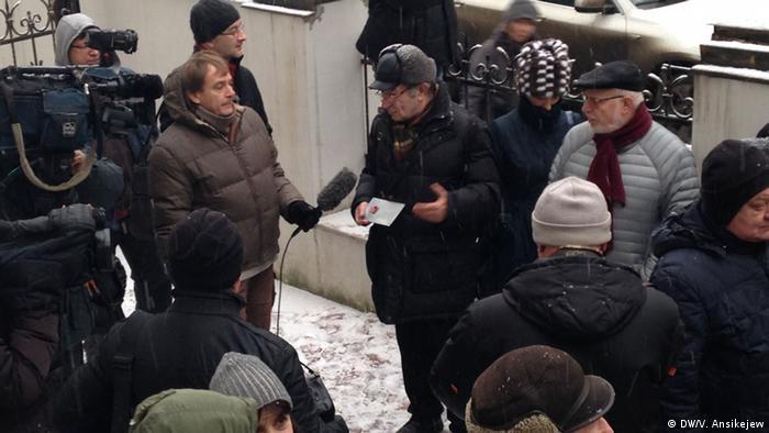 Арсений Рогинский рассказывает журналистам о проекте Последний адрес