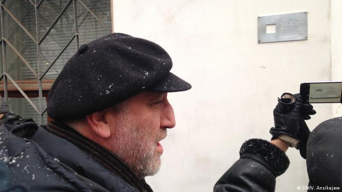 Сергей Пархоменко у установленного мемориального знака