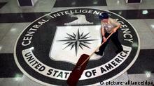 ARCHIV - Ein Arbeiter fegt im Foyer des CIA-Hauptquartiers in Langley, Washington, USA, am 03.03.2005. Die weltweit kritisierten Folterungen des US-Geheimdienstes CIA unter der Regierung des damaligen Präsidenten George W. Bush kommen demnächst ans Tageslicht. Ein entsprechender Geheimbericht des US-Senats soll zumindest teilweise veröffentlicht werden EPA/DENNIS BRACK/BLACKSTAR/POOL (zu dpa:Geheimbericht über CIA-Folter wird veröffentlicht vom 04.04.2014) +++(c) dpa - Bildfunk+++