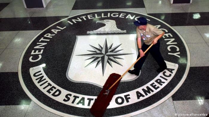 USA - Ein Arbeiter putzt den Boden im Foyer des CIA-Hauptquartiers in Langley