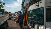 Lastwagen geparkt in Suame Magazine (Bild: Yepoka Yeebo, DW)