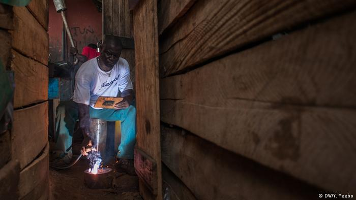 Welding at a workshop that specializes in excavator parts (Picture: Yepoka Yeebo, DW)