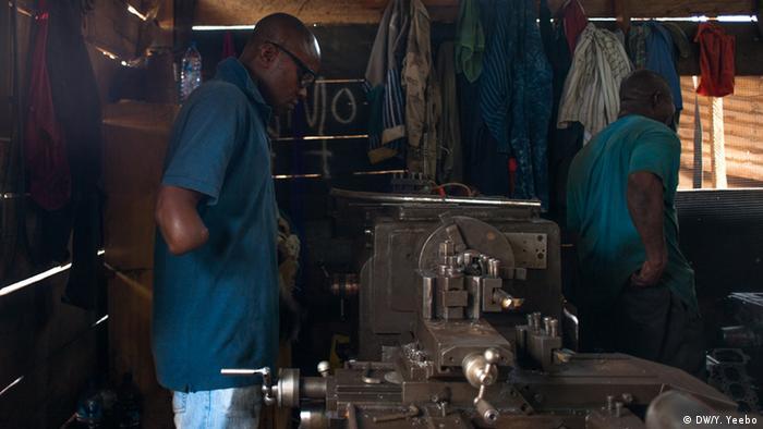 Ein Mann mit amputiertem Arm in einer Werkstatt. (Bild: Yepoka Yeebo, DW)