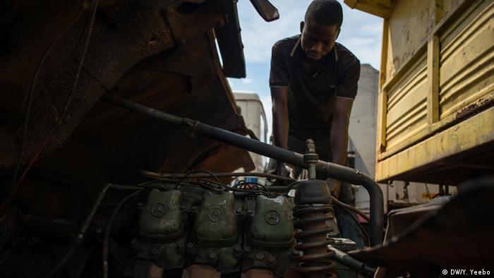 Der Mechaniker Narouk Woniah testet einen Motor. (Bild: Yepoka Yeebo, DW)