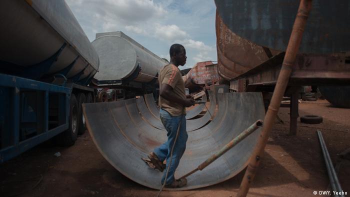 Stahlplatten werden für die Montage an einem Tankwagen vorbereitet. (Bild: Yepoka Yeebo, DW)