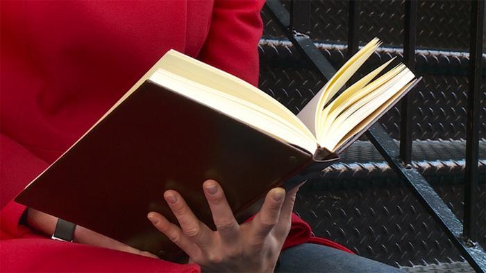 Nahaufnahme eines Buchs (Copyright: DW)