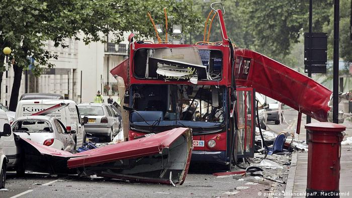 Bombenanschlag im Jahr 2005. Zerstörter Bus. (Foto: Peter MacDiarmid/dpa)