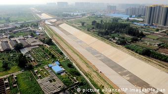 Luftaufnahme des noch trockenen Kanals in Zhengzhou in der Provinz Henan province (Foto: picture alliance/AP Images/Ma jian)
