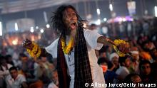 Bildunterschrift:KUSHTIA, BANGLADESH - MARCH 17: A festival goer dances during a live music event during the 124th annual Lalon festival March 17, 2014 in Kushtia, Bangladesh. The Lalon Shah festival is an annual festival celebrating the life and death of Fakir Lalon Shah, who was a Bangladeshi mystic, baul, philosopher, musician, writer and advocate of religious tolerance. Buddhists, Hindus and Muslims follow his teachings and attend the festival, which comprises of 3 days of music, dance, and consumption of marijuana, which is referred to as 'siddhi', or enlightenment. (Photo by Allison Joyce/Getty Images)