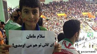 Dieser junge Fan schreibt auf dem Transparent: Liebe Mama, ich wünschte, Du wärst auch hier. (Foto: gazarnews)