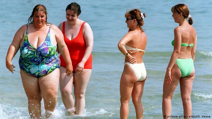 Übergewicht und Magersucht Dicke und dünne Frauen am Strand