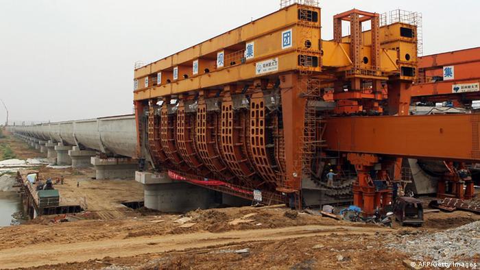Arbeiter im September 2013 beim Bau eines Aquädukts in der zentralchinesischen Provinz Henan (Foto: AFP/AFP/Getty Images)