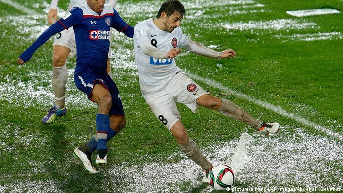 Marokko Fußball Cruz Azul gegen Western Sydney Wanderers in Rabet im Regen (picture-alliance/AP Images/Abdeljalil Bounhar)