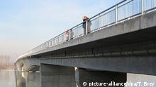 Die neue Brücke über die Donau am Rande der serbischen Hauptstadt Belgrad, aufgenommen am 13.12.2014. Die Brücke wird auf dem sogenannten 16+1-Gipfel des chinesischen Regierungschefs Li Keqiang mit 16 Ländern Ost- und Südosteuropas am 16./17.12.2014 in Belgrad eingeweiht. Es handelt sich um eine erste chinesische Großinvestition in die Infrastruktur dieser Region, der viele weitere folgen sollen. Foto: Thomas Brey/dpa (zu dpa Osteuropäische Länder stehen Schlange für chinesische Milliarden vom 15.12.2014) +++(c) dpa - Bildfunk+++