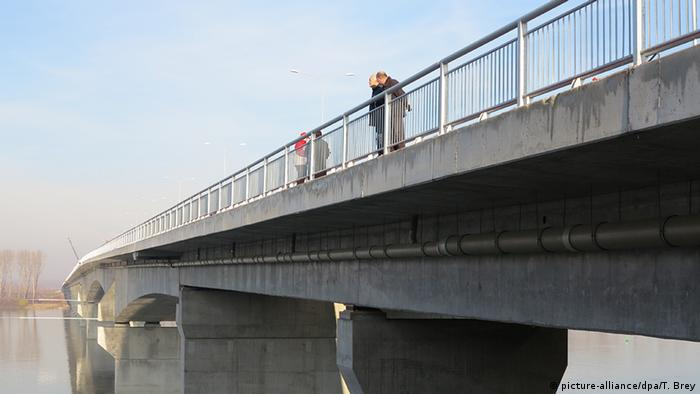 Serbien Die neue Brücke über die Donau