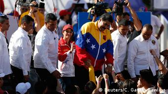 Maduro mit Demonstranten (Foto: Reuters)