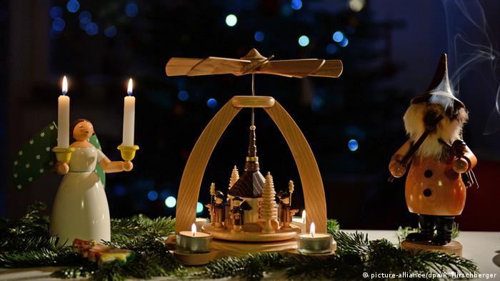 Ангел, рождественская пирамида и курящий человечек