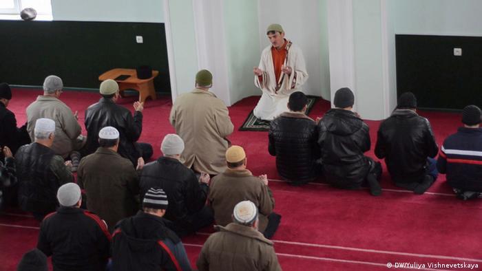 Кримські татари у мечеті в Криму