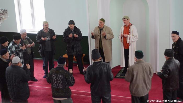 Крымские татары в одной из мечетей Крыма