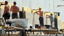 Bauarbeiter mauern am Montag (02.05.2011) in Konstanz am Bodensee auf einer Großbaustelle eine Mauer. Foto: Patrick Seeger dpa/lsw