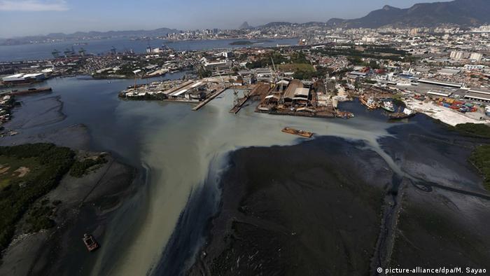 Esgoto invade a Baía de Guanabara, no Rio de Janeiro