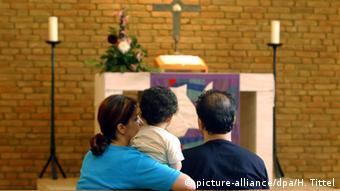 Muslimische Familie vor Altar in einer Kirche (Foto: picture alliance/dpa/H. Tittel)