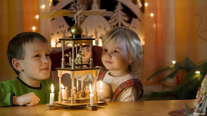 Deutschland Weihnachten Kinder mit Weihnachtspyramide