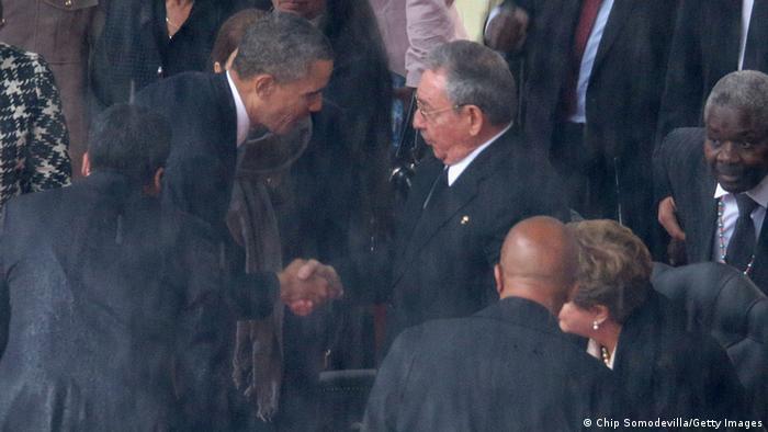 Handschlag von Fidel Castro und Barack Obama bei der Beerdigung Nelson Mandelas (Getty Images)