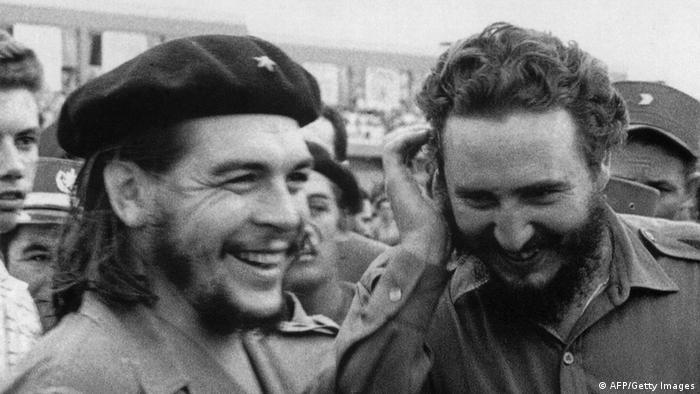 Ernesto Che Guevara und Fidel Raul Castro nebeneinander, lachend (Foto: AFP)