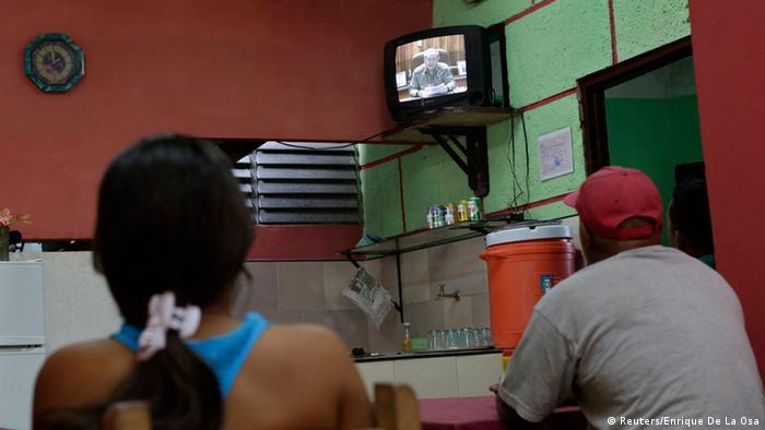 In einem privaten Restaurant wird eine Rede Raul Castros im Fernsehen gezeigt