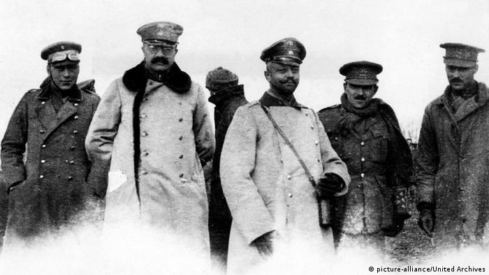 Das undatierte Amateur-Foto zeigt deutsche und englische Soldaten und Offiziere während des inoffiziellen Waffenstillstands (Copyright: United Archives)