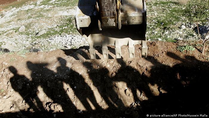Suche nach einem Massengrab an der syrisch-libanesischen Grenze (Foto: picture-alliance/AP Photo/Hussein Malla)