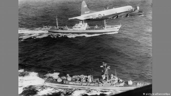 Ein Aufklärungsflugzeug der US-Marine fliegt vor der Küste Costa Ricas über das US-Kriegsschiff USS-Barry (vorne) und den sowjetische Frachter Anosow.