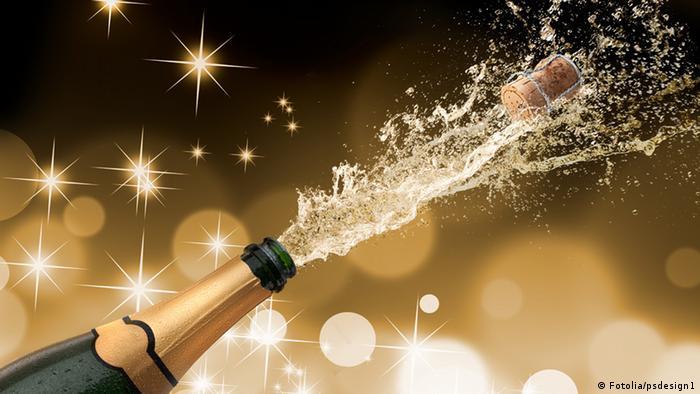 Cork of champagne bottle flying (Fotolia/psdesign1)