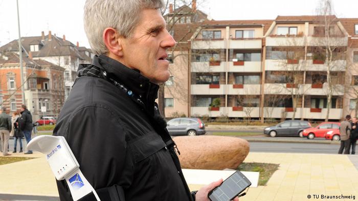 Gerhard Renzel testet die App in Braunschweig (Foto: Rechte: TU Braunschweig/Presse und Kommunikation).