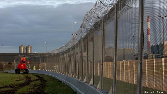 Internationaler Tag der Migranten Mauerbau in Calais 17.12.2014 Foto: Reuters