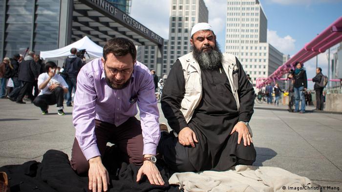 رضا صیام (راست) نام خود را به ذو القرنین تغییر داده بود