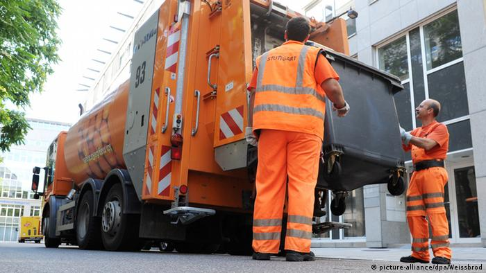 Garbage truck (picture-alliance/dpa/Weissbrod)