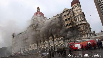 A file picture dated 27 November 2008 shows firefighters trying to douse the fire as smoke rises from the Taj hotel building in Mumbai, India during the terrorists attack (Photo: EPA/HARISH TYAGI *** Local Caption *** 01942537 +++(c) dpa - Bildfunk+++)