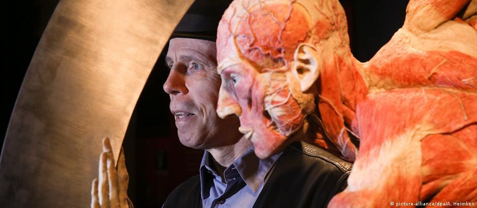 """Anatomista Gunther von Hagens ao lado de um corpo """"plastinado"""""""