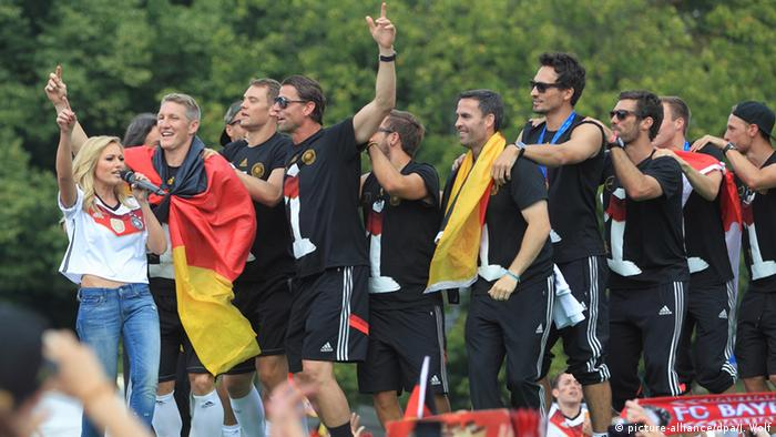 Helene Fischer and the German national soccer team (Copyright: dpa)