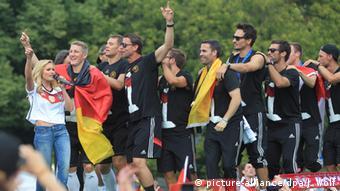 Deutsche Nationalmannschaft feiert am Brandenburger Tor nach der erfolgreichen WM, Foto von J. Wolf, Picture alliance/dpa