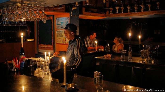 The interior of a South African bar lit by candlesduring a blackout (picture-alliance/dpa/K. Ludbrook)