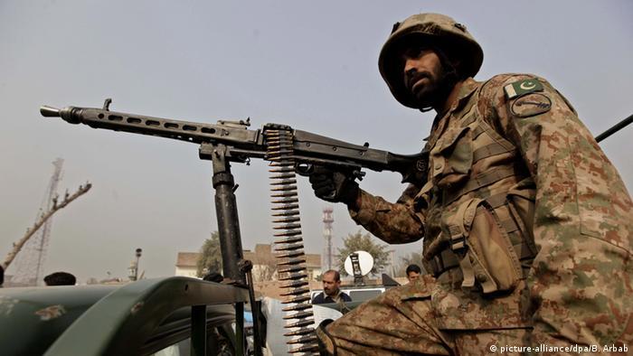 Pakistan Militär Patrouille Peschawar (picture-alliance/dpa/B. Arbab)