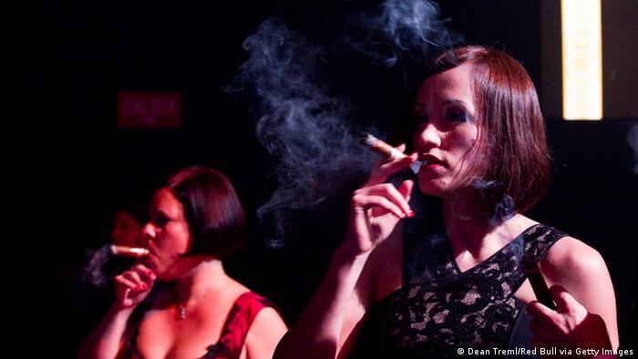 Frauen mit Zigarre in Havanna, Kuba