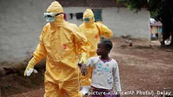 Wafanyakazi wa afya wakiwa kwenye operesheni ya kukabiliana na Ebola nchini Liberia.