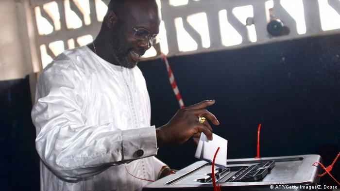 George Weah casting his vote during the senatorial elections 2014 (AFP/Getty Images/Z. Dosso)