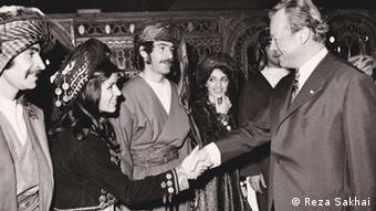 Willy Brandt begrüßt eine iranische Tanzgruppe