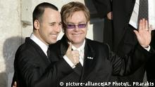 Elton John and partner David Furnish (picture-alliance/AP Photo/L. Pitarakis)