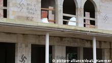Hakenkreuze und fremdenfeindliche Sprüche sind am 21.12.2014 an einem Moschee-Neubau in Dormagen (Nordrhein-Westfalen) zu sehen. Die Täter brachten zwischen Samstagabend und Sonntagvormittag an dem Rohbau etwa 40 bis 50 Schmierereien an, teilte die Polizei mit. Foto: Linda Hammer/dpa (recrop) pixel